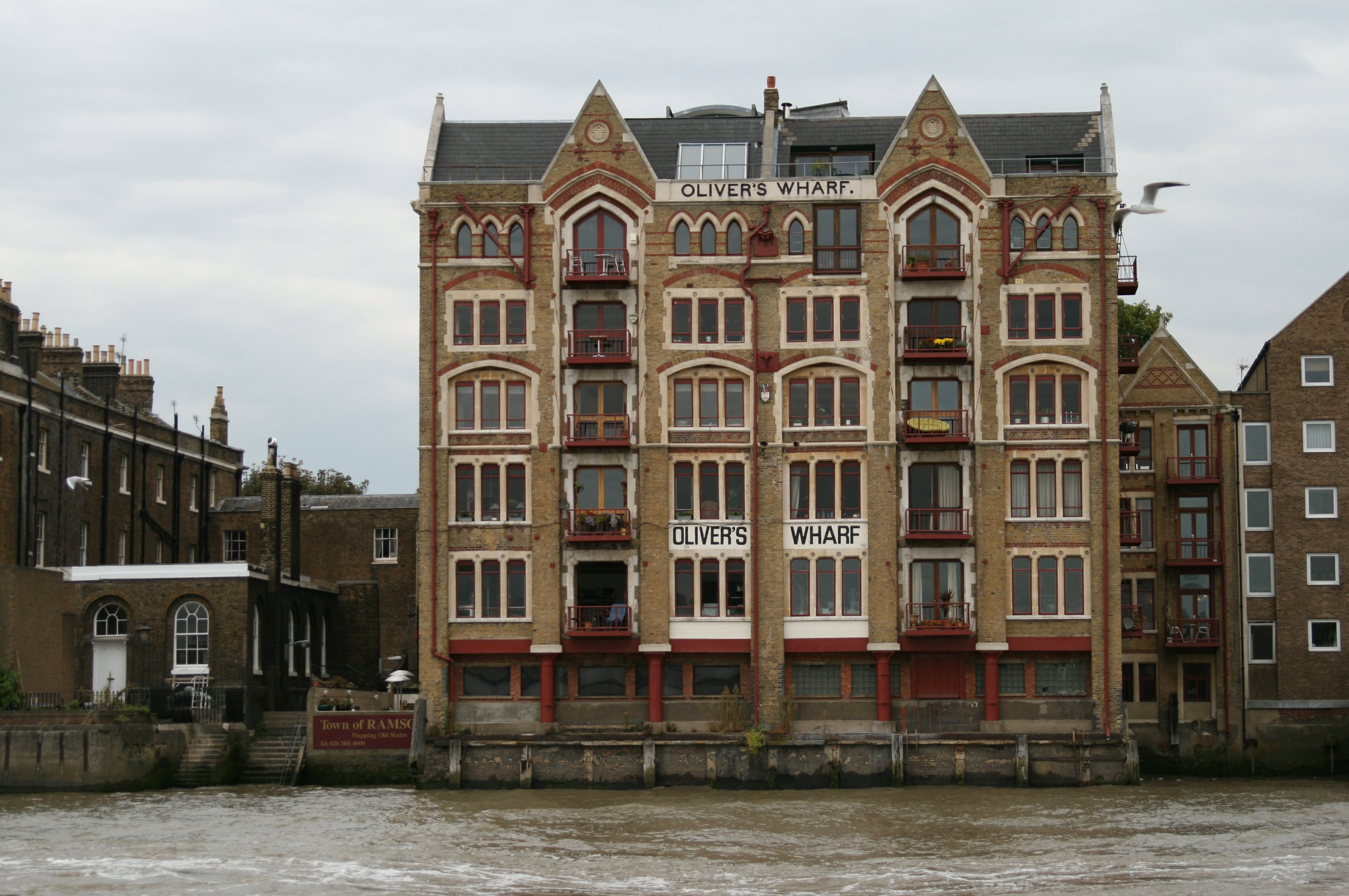 Olivers_Wharf,_64_Wapping_High_St,_London_E1W_2PJ,_17_September_2007